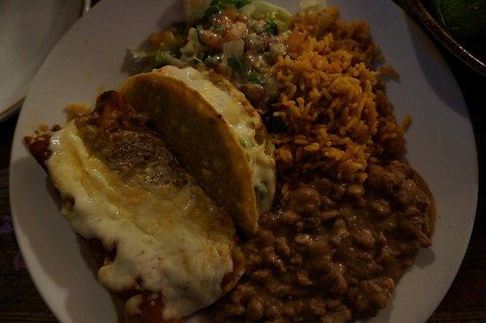 Sneaky Dee's Downtown: 食事です。