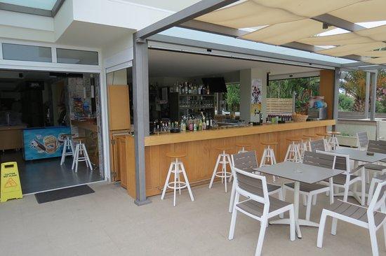 Artemis Hotel Apartments: bar bij zwembad