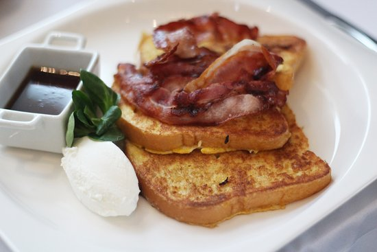 La Pirogue: French toast with bacon.