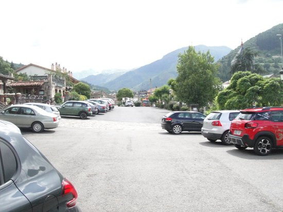 Infantado Hotel: From the car park looking onto the mountains.