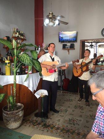 La Casona Guevara: Un grupo con un repertorio excepcional nos acompañó durante la comida. Genial!!