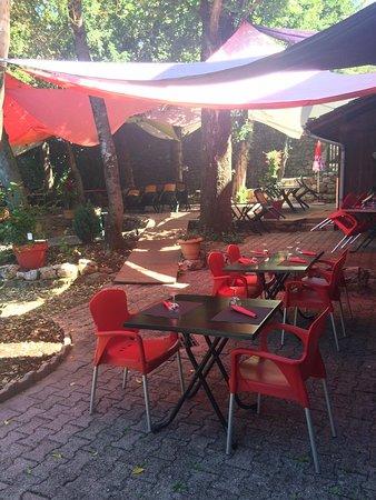 Satillieu, France: Venez faire une pause à l'abri dans notre parc ombragé