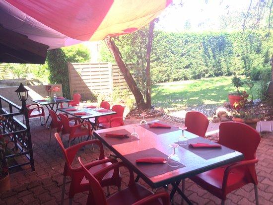 Satillieu, France: Venez faire une pause à l'abri sous nos grands arbres