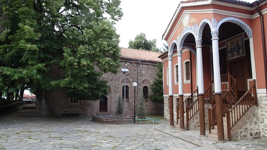 Perushtitsa, Βουλγαρία: Church and school in town centre