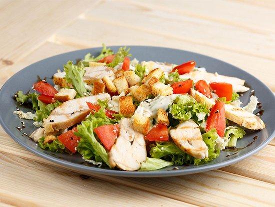 Le Restaurant du Lac: Salade César, et autres spécialités de salades (en entrée, ou grand format pour un repas complet