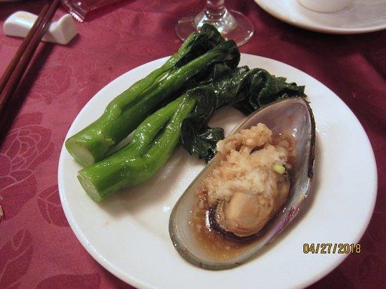 Jumbo Kingdom Floating Restaurant: 1 person's portion = 1 mussel