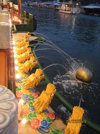 Jumbo Kingdom Floating Restaurant: nine-dragon fountain