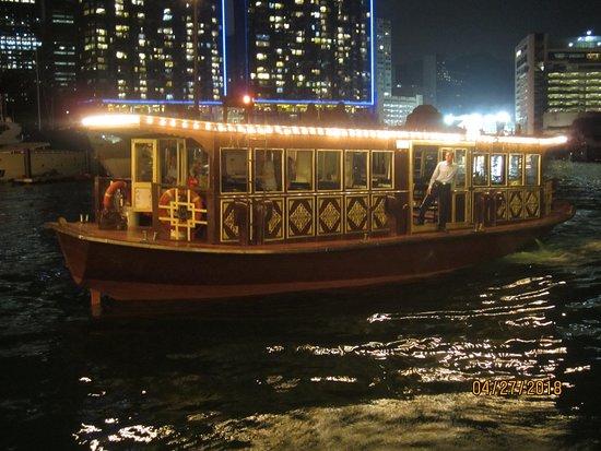 Jumbo Kingdom Floating Restaurant: boat that takes customers to restaurant