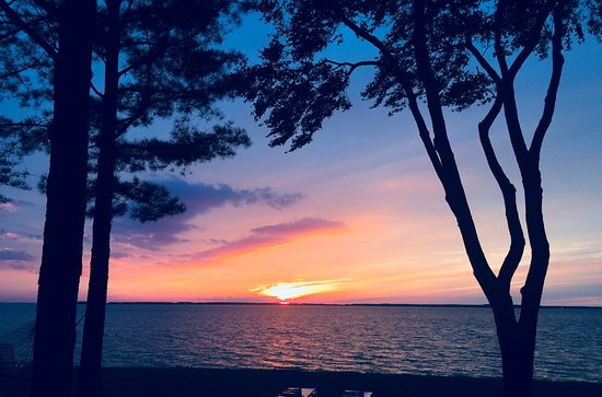 Wades Point Inn on the Bay: Experienced a glorious sunset. Photo does not do justice to the real thing!