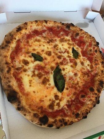 Saix, France: Pizza fromage basilic huile d'olive - Simple et bonne