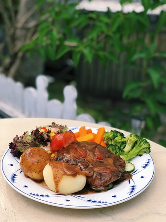Gekkens Restaurant: Famous among the locals! Peppersteak with salad, veggies and potatoes.