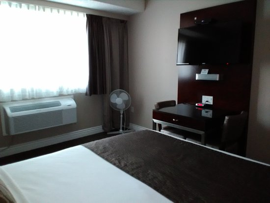 Capital City Center Hotel: Room - with desk/TV. Even though I was near street level, there was no pervasive external noise.