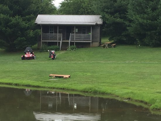 Volunteer Gap Inn: View of cabin 4 from the pond. 2 ponds on the property that are beautifu!!
