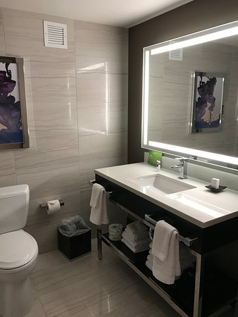 Harrah's Las Vegas Hotel & Casino: Nice roomy clean bathroom.