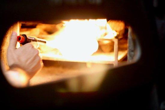 """Juan de Juanes: nuestro horno, produce """"calor de calidad"""" y aporta aromas ahumados únicos."""