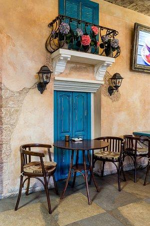 Artel Gallery Cafe: Romantic Table Setting under a Balcony * Местечко под балкончиком