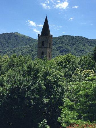 Rezzo, Italien: Il campanile svetta tra gli aalberi
