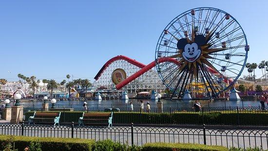 "Тематический парк ""Диснейз Калифорния Эдвенчер"": Pixar Pier in the day"