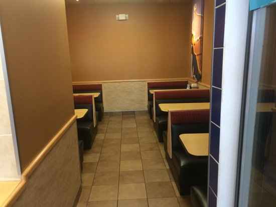 Лост-Хиллз, Калифорния: Inside seating to the right of the counter.