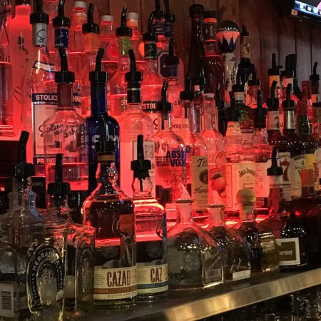 El Sobrante, CA: Fully stocked bar to go with you food options