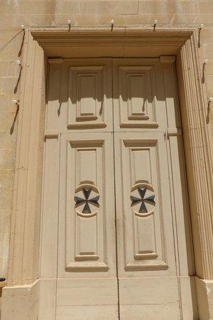Salib Imqaddes Holy Cross: porta