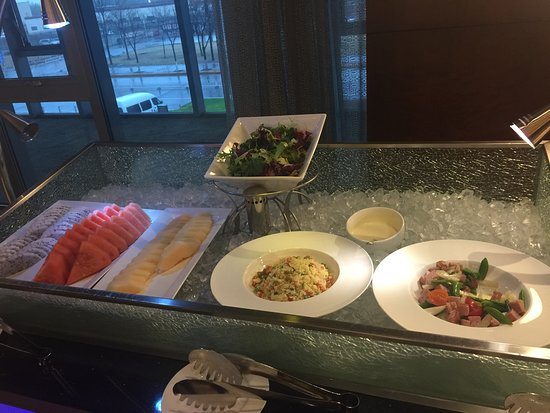 Hilton Beijing Capital Airport: Happy Hour buffet - Club Room
