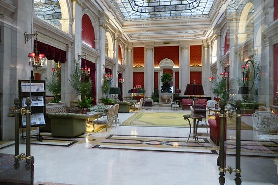 Hotel Avenida Palace: The salon where you could be serenaded by piano!