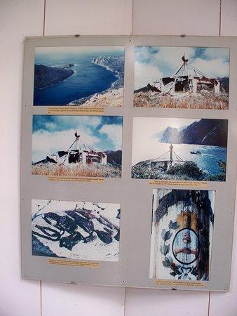 Faro de San Juan de Salvamento: Fotos de 1971 de Natalie Rae Godall se aprecia el Escudo Nacional pintado en el mástil central