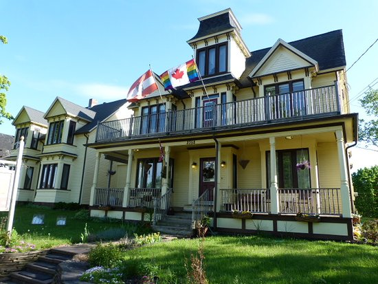 The Maple Inn: Attractive, interesting architecture and connection of two historical homes