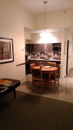 Le Square Phillips Hotel & Suites: kitchen and dining area