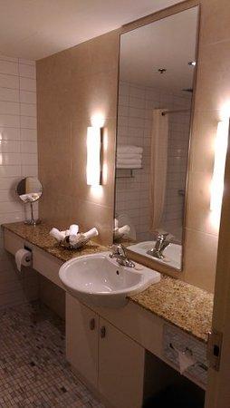 Le Square Phillips Hotel & Suites: large, new bathroom