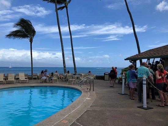 Gazebo Restaurant at Napili Shores: view from the line at the Gazebo