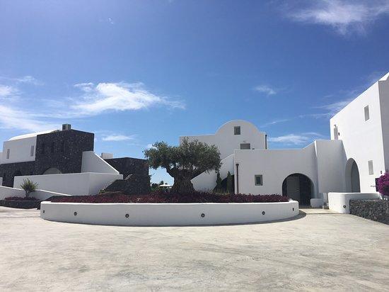 Santo Maris Oia Luxury Suites & Spa: Arrival area through the main wooden gate.
