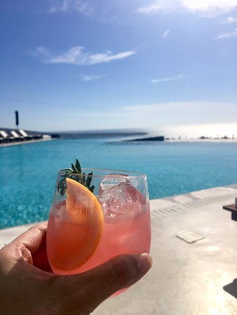 Santo Maris Oia Luxury Suites & Spa: Cocktail by the main pool