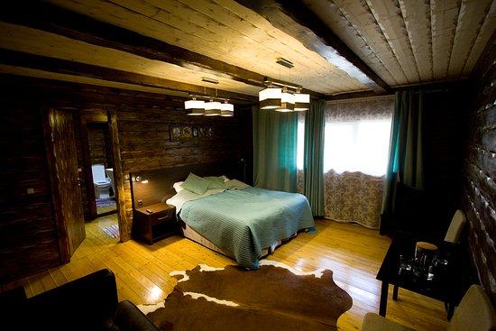 Cherepanovs' Guest House: ОЧЕНЬ неуютный номер с маленькими окошками, ощущением сырости и затхлости, шумом горной реки.