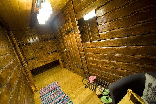 Cherepanovs' Guest House: Большой коридор, который крадет ценное пространство номера, и по сути бесполезен.