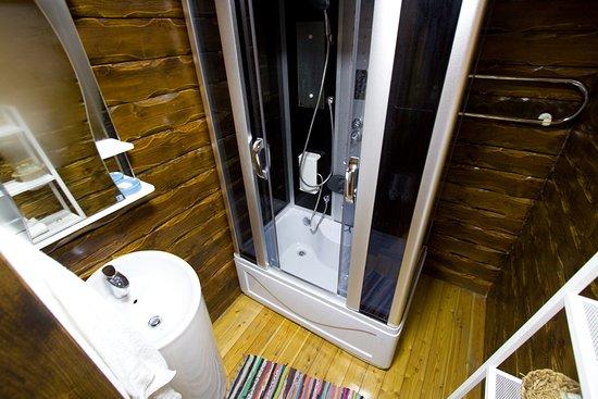 Cherepanovs' Guest House: Маленькая душевая комната с неудобной сантехникой, фен почему-то в туалете. Вытяжки нет.