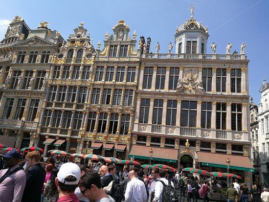 The crowd at Grand Place in the hot afternoon.