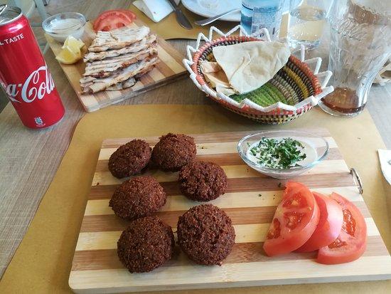 Hommus Snack Libanese: falafel e pane ripieno di carne