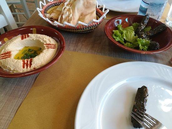 Hommus Snack Libanese: hummus , pane e foglie di vite ripiene