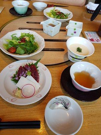 Suganoya Kamitori: 漢堡排套餐的刺身和沙拉、湯