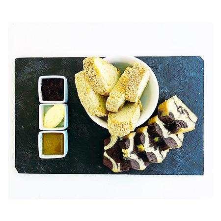 Anargyros Antiparos: Cake, bread, honey, marmalade and butter with fresh orange juice or coffee!