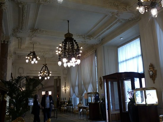 Hotel du Palais: Encore et toujours des lustres luxueux à couper le souffle.