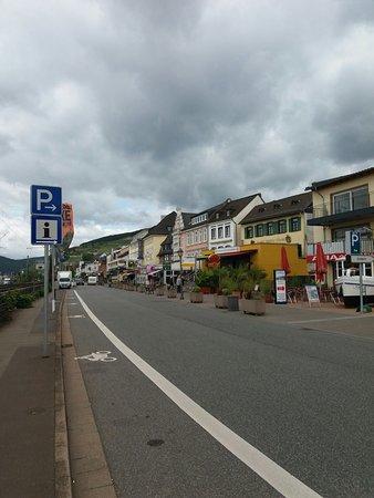 Rudesheim an der Nahe, Germany: Kledingwinkels over de hele boulevard, leuk en goedkoop