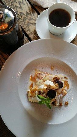 Vinovaty Zvezdy: Вкусный салат нисуаз и классный Цазарь. Великолепный запеченый Камамбер. Очень люблю это кафе