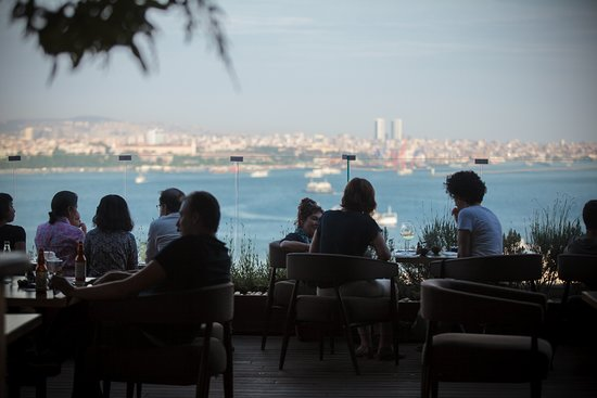 Georges Hotel Galata: Chill out with great music, cocktails and amazing view at Georges.