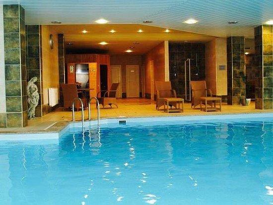 Aqua Dream SPA: Бассейн (максимальная глубина 2 метра, температура вода 28 градусов) с каскадом и массажными стр