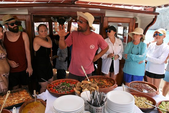 Thalassitra Sailing: Delicious traditional food included, with plenty of vegetarian and vegan options!