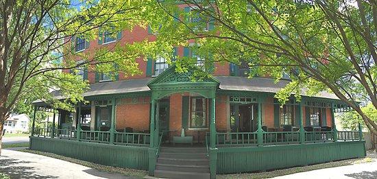 Lansing, NY: Rogues Harbor Inn - Summer