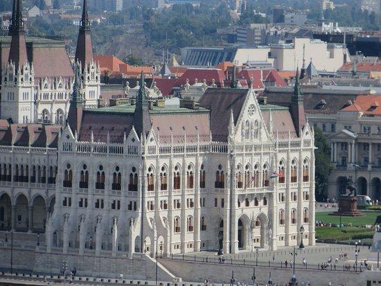 Hungarian Parliament Building: stupendo di sera e da lontano